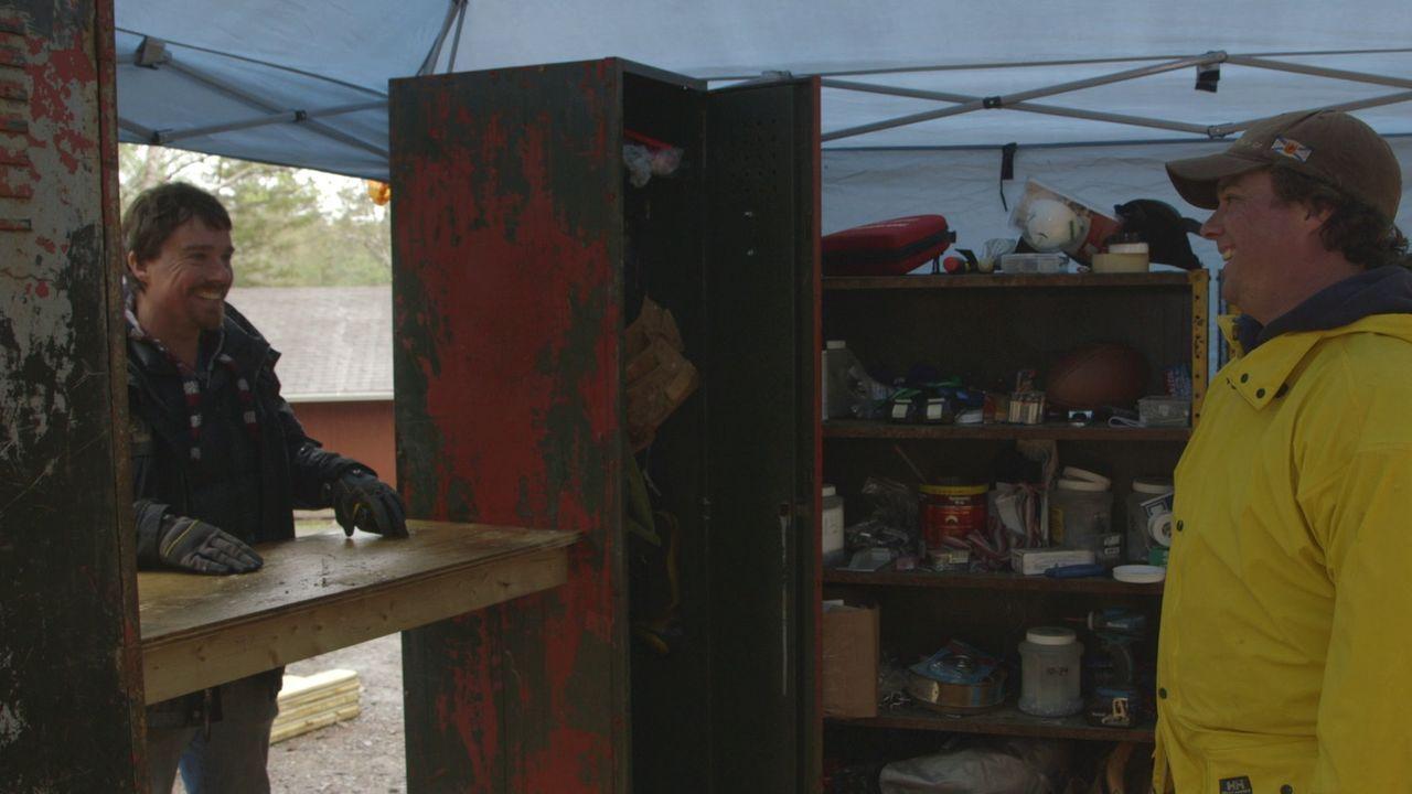 Kreative Ideen sind gefragt, als Kevin (r.) und Andrew (l.) Verstecke für Bierkühlschränke, Soundsystem und Spiel suchen ... - Bildquelle: Brojects Ontario Ltd./Brojects NS Ltd