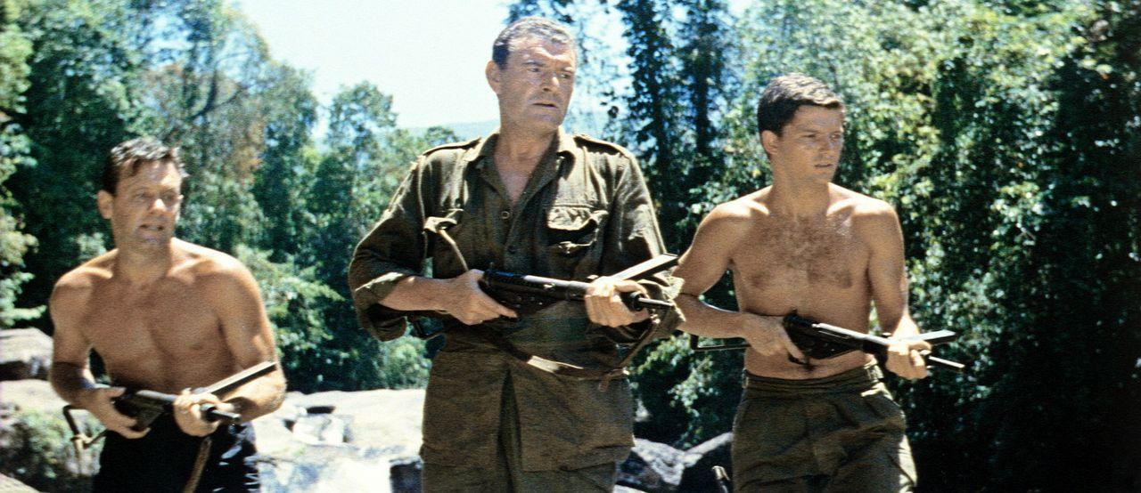 Shears (William Holden, l.), Major Warden (Jack Hawkins, M.) und Leutnant Joyce (Geoffrey Horne, r.) machen sich schwer bewaffnet auf den Weg, um ih...