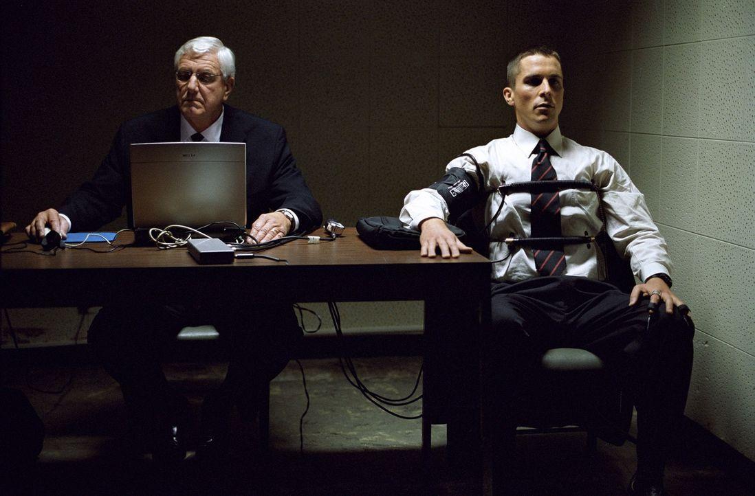 Der ehrenhaft entlassene Soldat Jim Davis (Christian Bale, r.) erhält ein Jobangebot der Drogenbehörde DEA. Doch bevor Davis seinen Job antreten kan... - Bildquelle: 2007 Splendid Medien AG