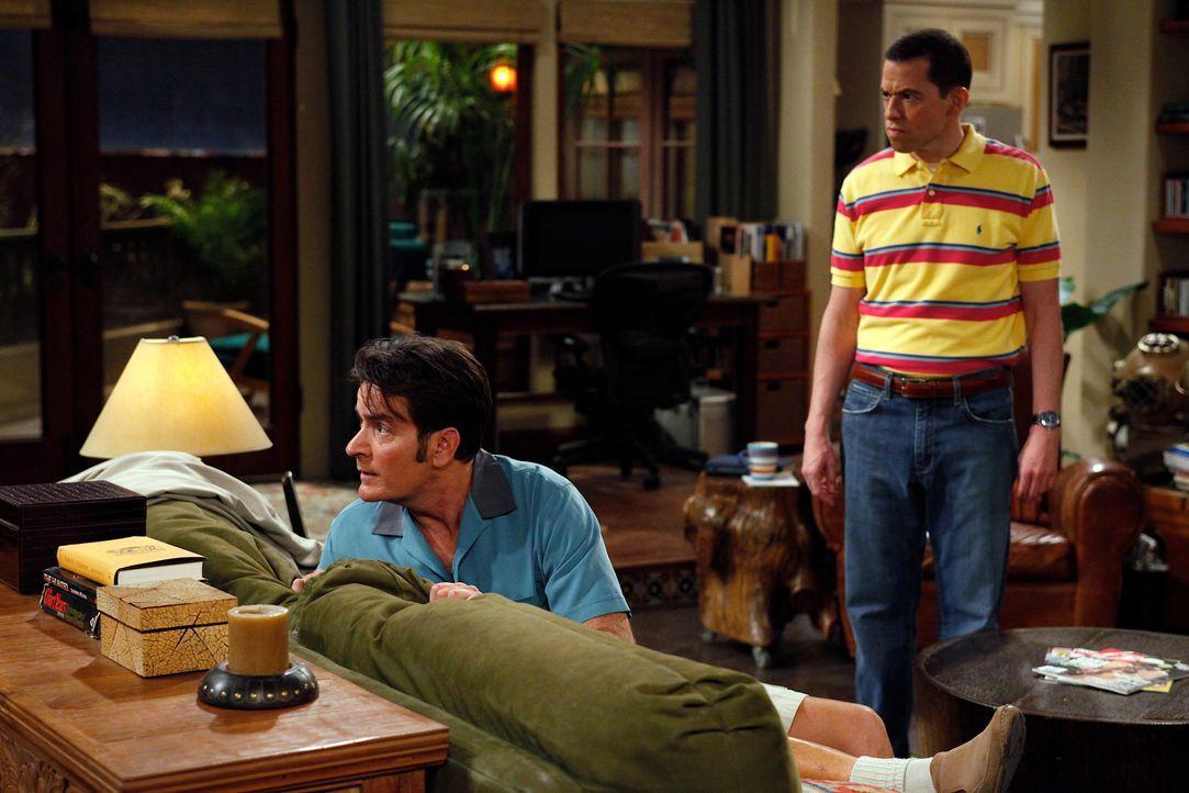 Nachdem Charlie (Charlie Sheen, l.) vorübergehend inhaftiert war, eröffnet ihm Alan (Jon Cryer, r.), dass Chelsea ihn zu ihrer Geburtstagsparty eing... - Bildquelle: Warner Brothers