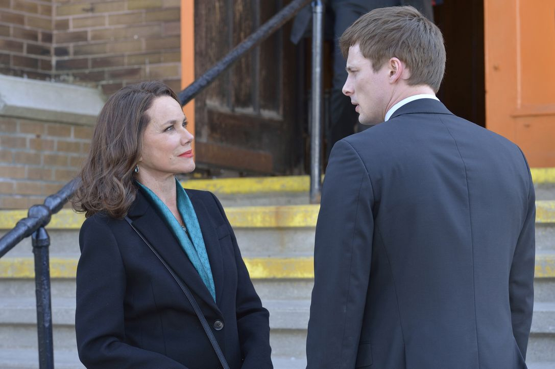 Als die Polizei beginnt, auf Damien (Bradley James, r.) aufmerksam zu werden, taucht Ann Rutledge (Barbara Hershey, l.) auf der Bildfläche auf, um i... - Bildquelle: Ben Mark Holzberg 2016 A&E Television Network, LLC. All rights reserved.
