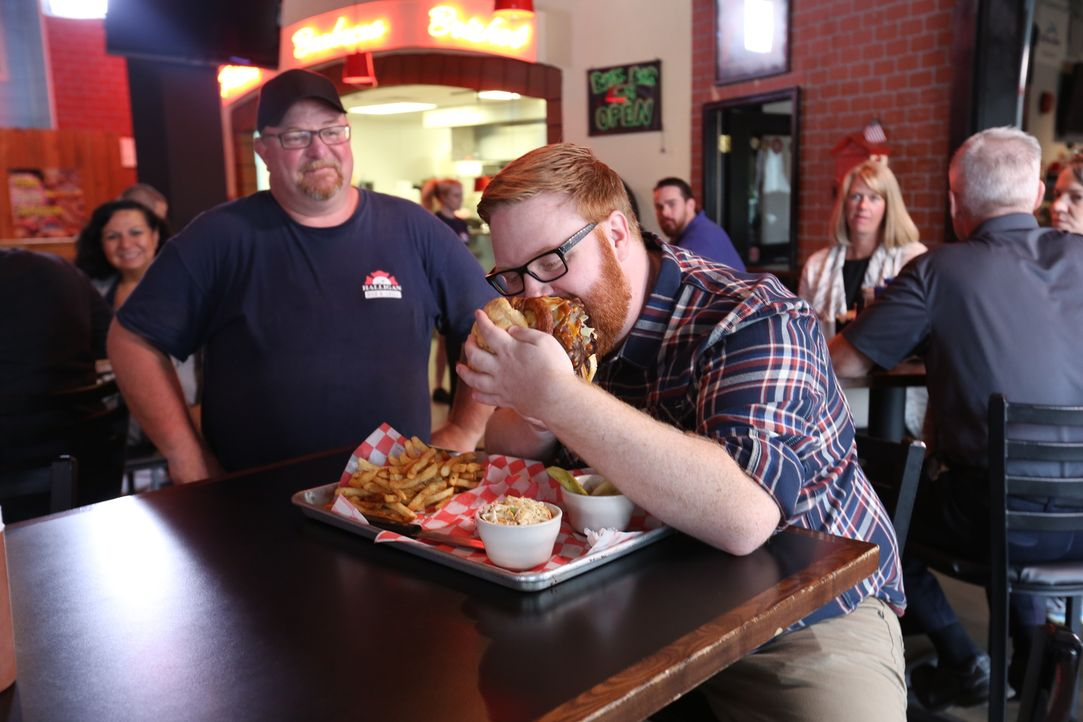 """Im """"Halligan Bar and Grill"""" in Richmond stattet Josh (r.) dem Koch Shaw Gregory (l.) einen Besuch ab und probiert den gigantischen """"Flatliner"""", ein... - Bildquelle: 2016,Television Food Network, G.P. All Rights Reserved."""