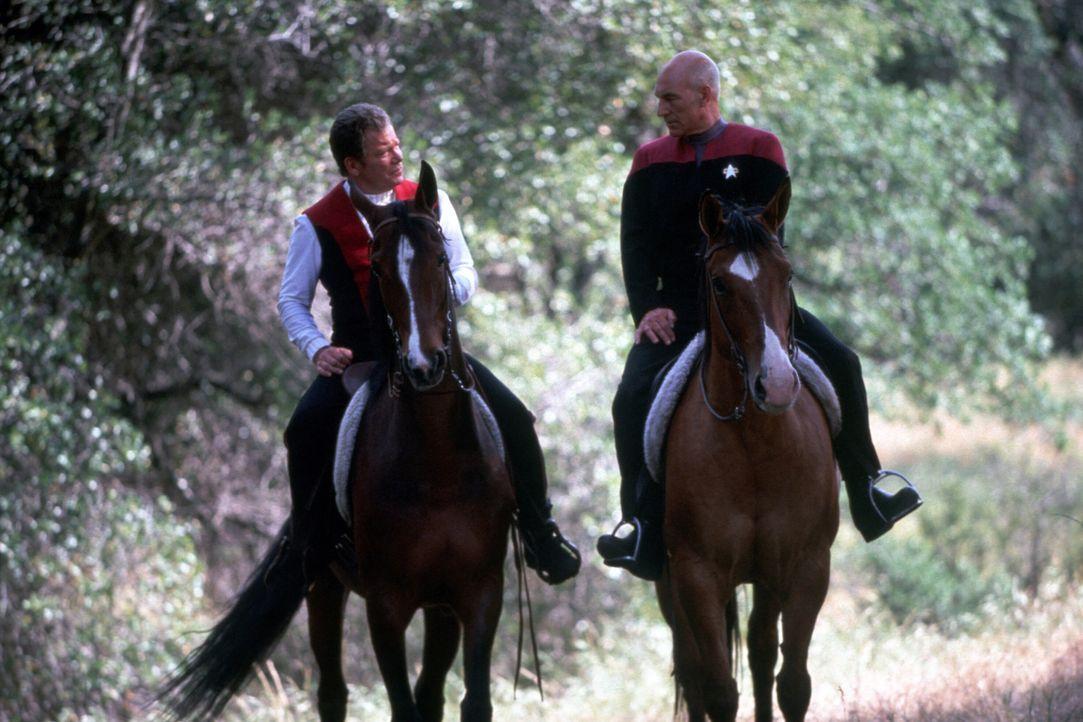 Picard (Patrick Stewart, r.) schafft es nur mit großer Überredungskunst, Kirk (William Shatner, l.) zum Verlassen seines Paradises und zum Kampf geg... - Bildquelle: Paramount Pictures