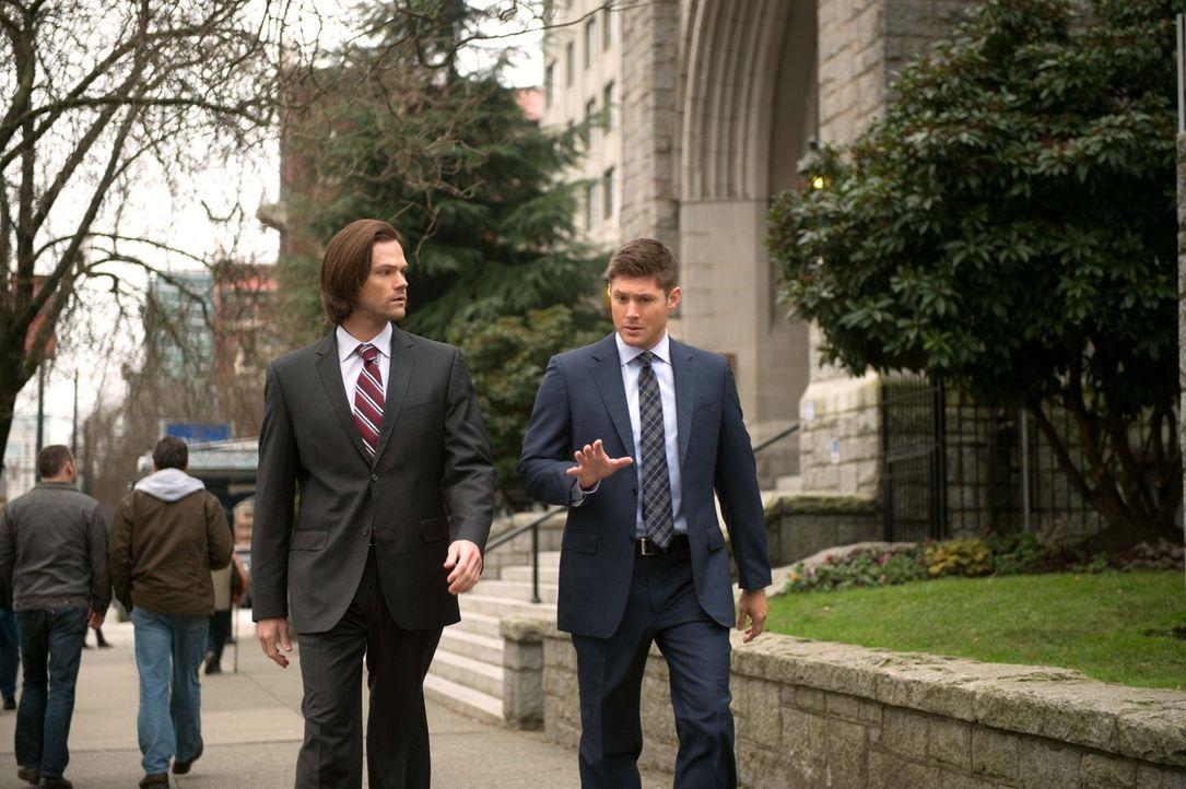 Während Sam (Jared Padalecki, l.) und Dean (Jensen Ackles, r.) eine ganze Reihe von verdächtigen Selbstmorden untersuchen, nimmt Crowley die Anführe... - Bildquelle: 2016 Warner Brothers
