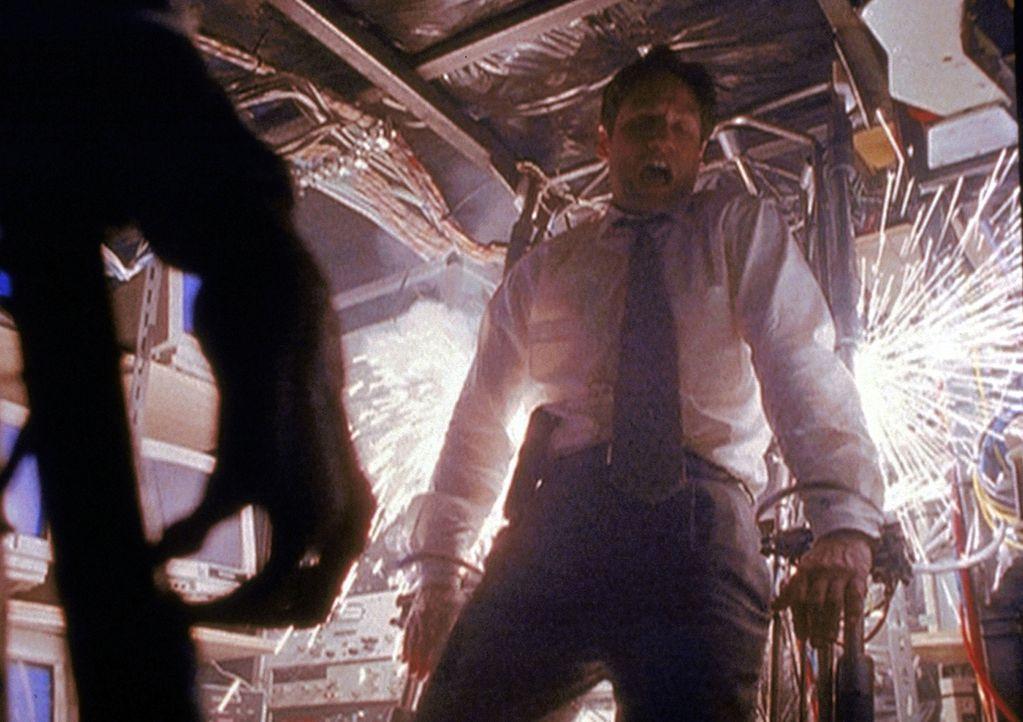 Mulder (David Duchovny, r.) ist in die Zentrale der künstlichen Intelligenz eingedrungen. - Bildquelle: TM +   2000 Twentieth Century Fox Film Corporation. All Rights Reserved.