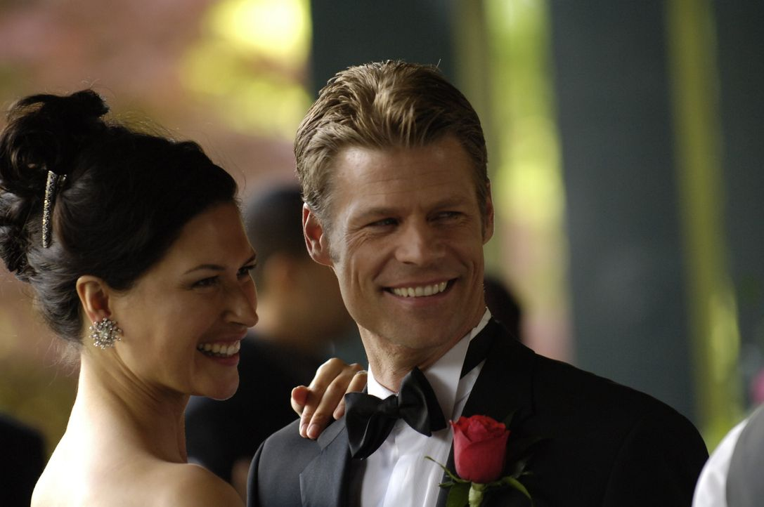 Hochzeitswalzer: Alana (Karina Lombard, l.) und Tom (Joel Gretsch, r.) ... - Bildquelle: Viacom Productions Inc.