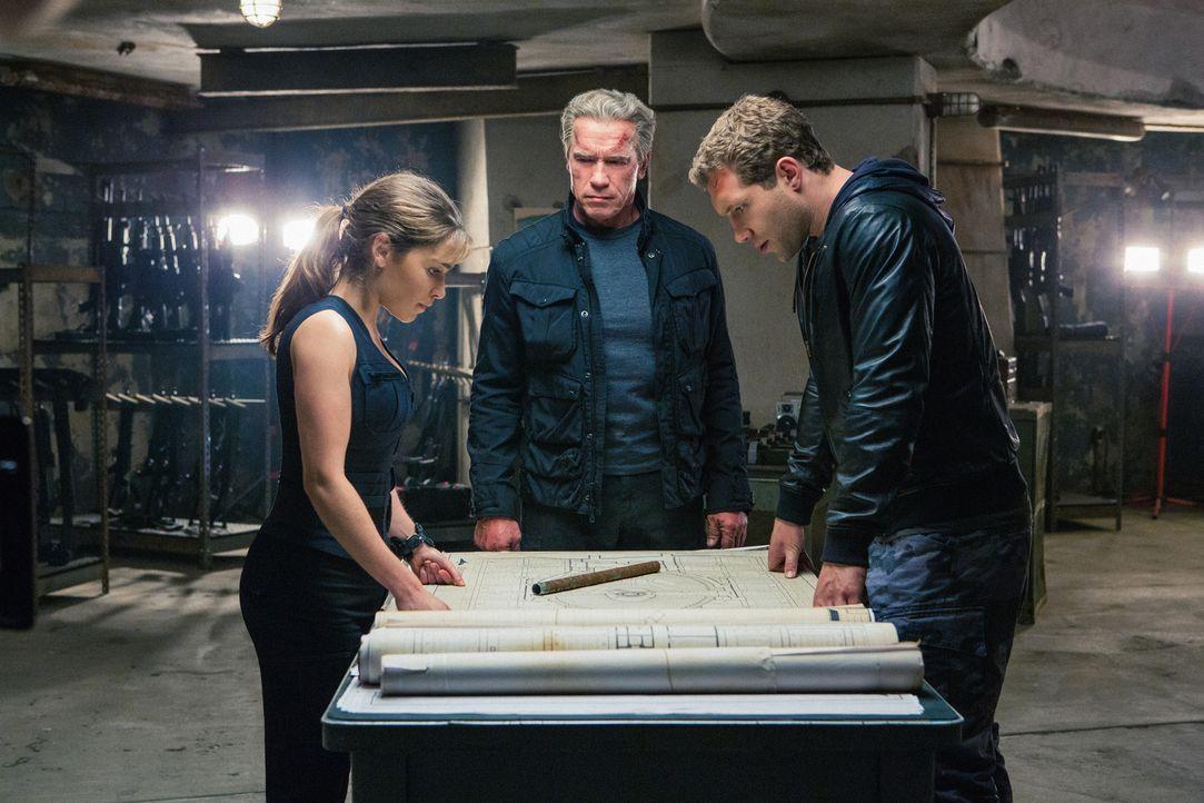 Gemeinsam schmieden Sarah (Emilia Clarke, l.), Kyle (Jai Courtney, r.) und Paps (Arnold Schwarzenegger, M.) einen Plan, um die Programmierung von Ge... - Bildquelle: 2015 PARAMOUNT PICTURES. ALL RIGHTS RESERVED.