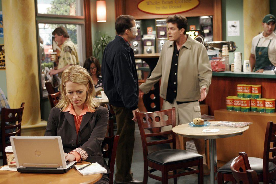 Nachdem Charlie (Charlie Sheen, r.) und Alan (Jon Cryer, M.) beim Augenarzt waren, treffen sie in einem Coffeshop auf die hübsche Sherri (Jeri Ryan,... - Bildquelle: Warner Bros. Television