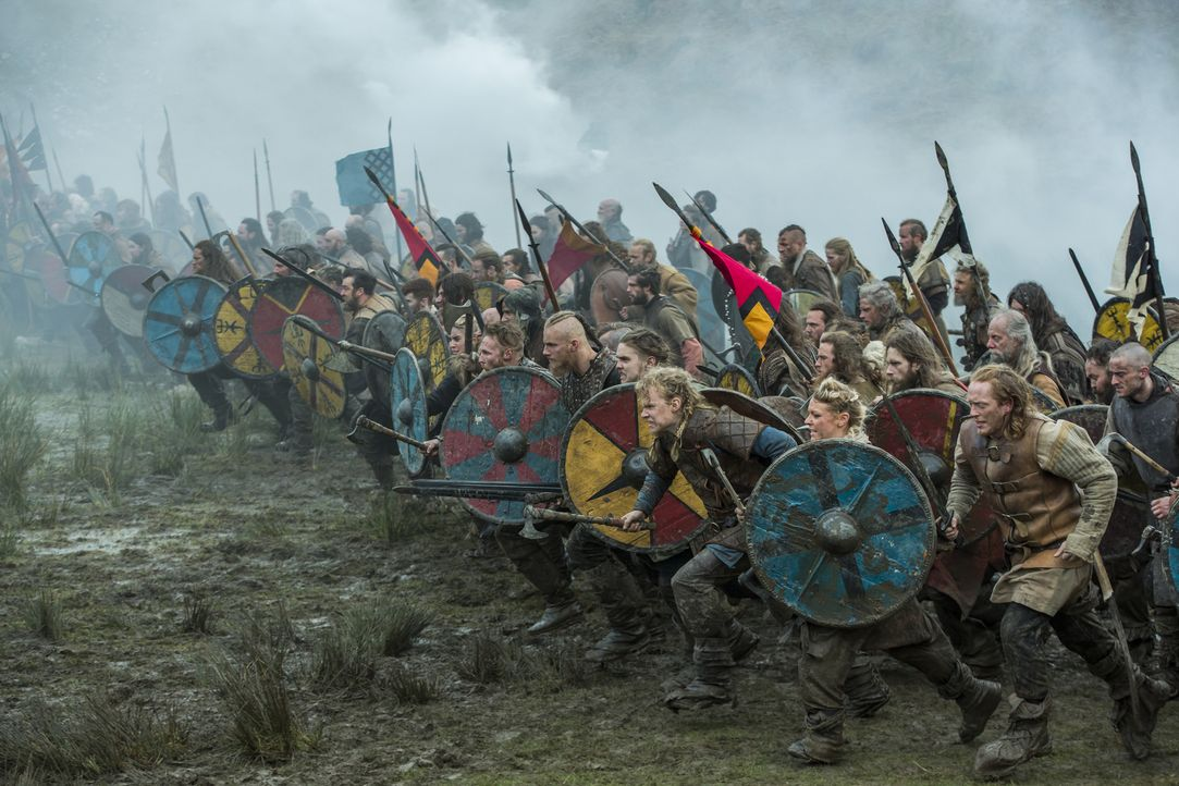 Die Schlacht gegen Aethelwulfs Armee beginnt: Ubbe (Jordan Patrick Smith, vorne l.), Sigurd (David Lindström, vorne 2.v.r.), Hvitserk (Marco Ilsø, v... - Bildquelle: 2016 TM PRODUCTIONS LIMITED / T5 VIKINGS III PRODUCTIONS INC. ALL RIGHTS RESERVED.