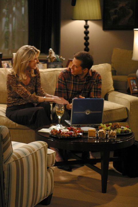 Bei einem Fußballturnier lernt Alan (Jon Cryer, r.) die attraktive Gloria (Christine Dunford, l.) kennen, die als allein erziehende Mutter nach eine... - Bildquelle: Warner Brothers Entertainment Inc.