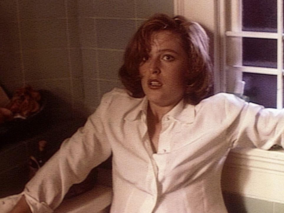 Dana Scully (Gillian Anderson) steht entsetzt einem hundertjährigen Mörder gegenüber. - Bildquelle: TM +   Twentieth Century Fox Film Corporation. All Rights Reserved.