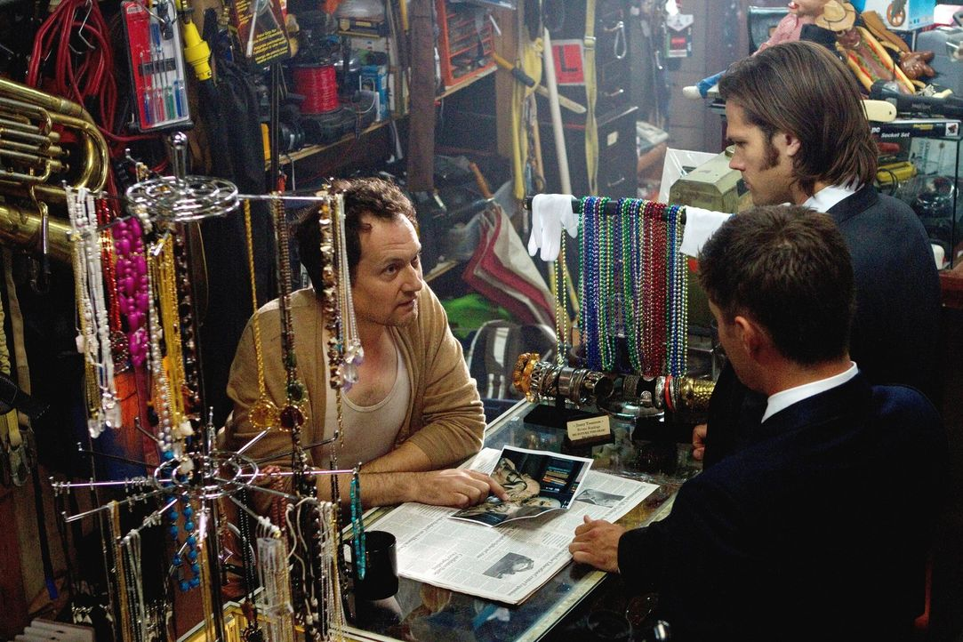 Sam (Jared Padalecki, M.) und Dean (Jensen Ackles, r.) untersuchen Morde an übersinnlichen Einwohnern von Lily Dale und entdecken, dass ein wütender... - Bildquelle: Warner Bros. Television