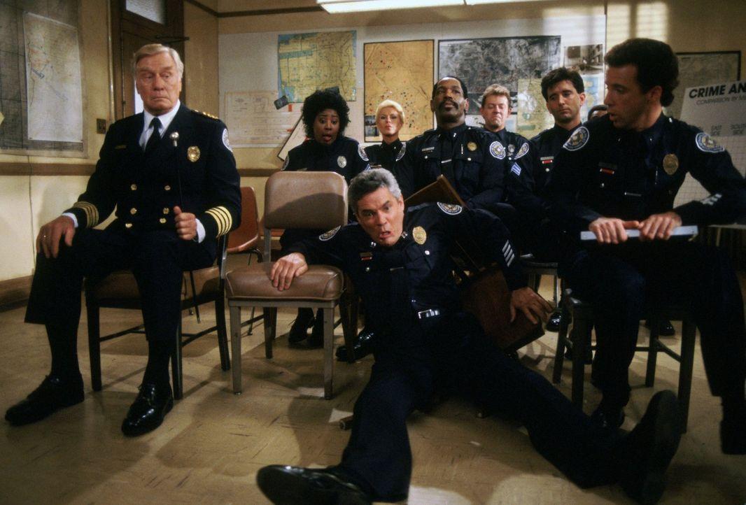 Die chaotische Truppe von der Police Academy sorgt dafür, dass im Unterricht keine Langeweile aufkommt: Commandant Lassard (George Gaynes, vorne l.)... - Bildquelle: Warner Brothers International