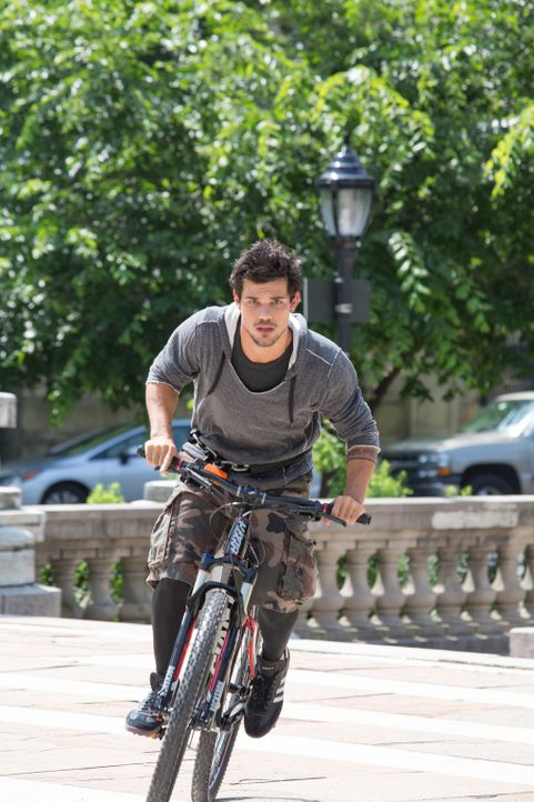 Cam (Taylor Lautner) - der schnellste Typ auf zwei Rädern, den New York zu bieten hat - will es nicht bei seinem Fahrradkurier-Dasein belassen, sond... - Bildquelle: David Dougan 2013 Melbarken Inc
