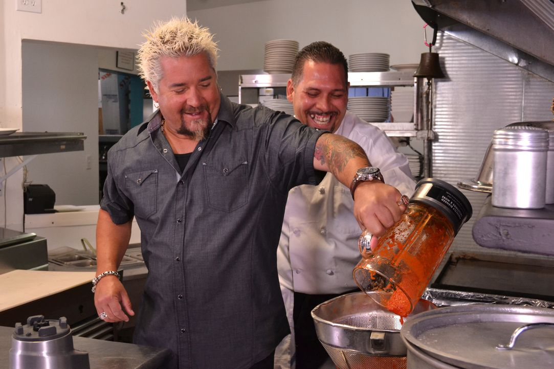 Guy Fieri (l.) - Bildquelle: 2013,Television Food Network, G.P. All Rights Reserved