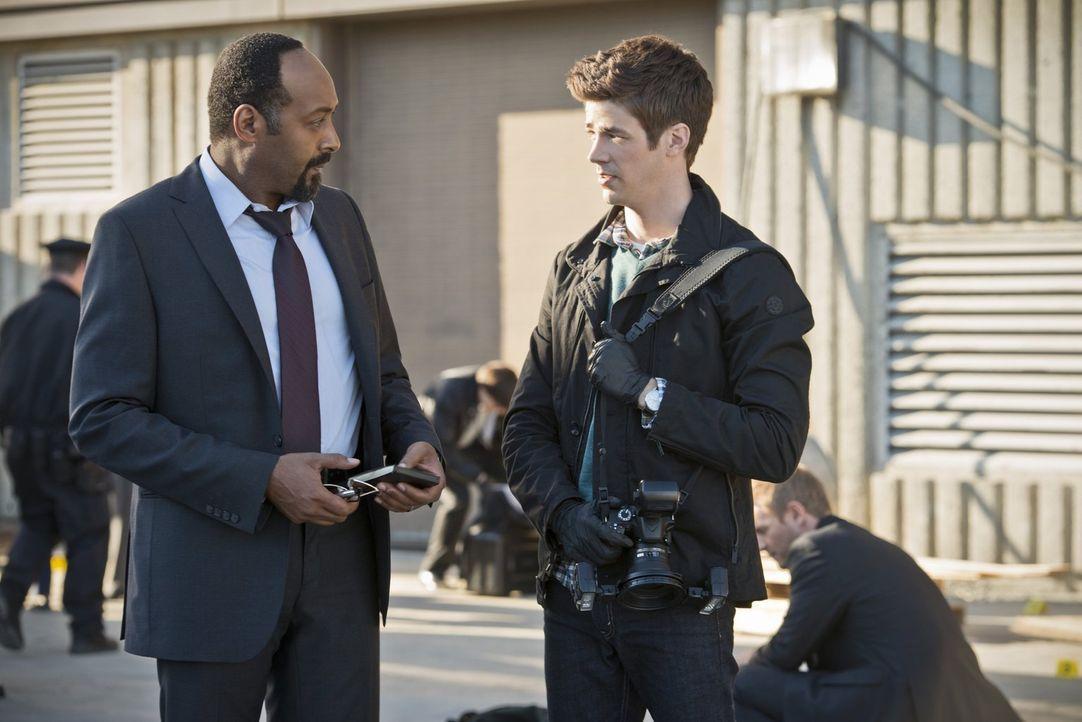 Ermitteln in einem neuen Fall: Joe (Jesse L. Martin, l.) und Barry (Grant Gustin, r.) ... - Bildquelle: Warner Brothers.