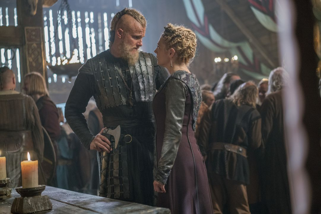 Björn (Alexander Ludwig, l.) kehrt nach Kattegat zurück und erfährt, dass beim nächsten Vollmond ein Angriff auf seine Mutter Lagertha (Katheryn Win... - Bildquelle: 2017 TM PRODUCTIONS LIMITED / T5 VIKINGS III PRODUCTIONS INC. ALL RIGHTS RESERVED.