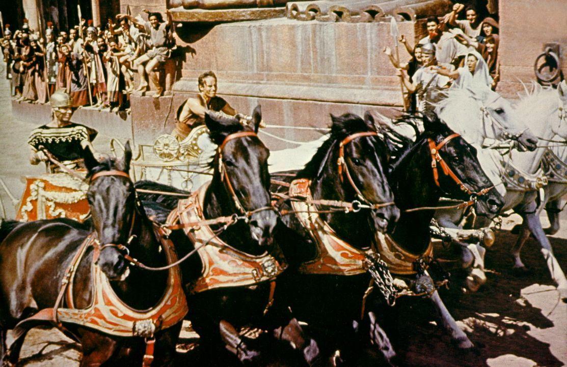 Mit allen erlaubten und unerlaubten Mitteln will Messala (Stephen Boyd, l.) seinen einstigen Freund Ben Hur (Charlton Heston, r.) besiegen ... - Bildquelle: Metro-Goldwyn-Mayer (MGM)