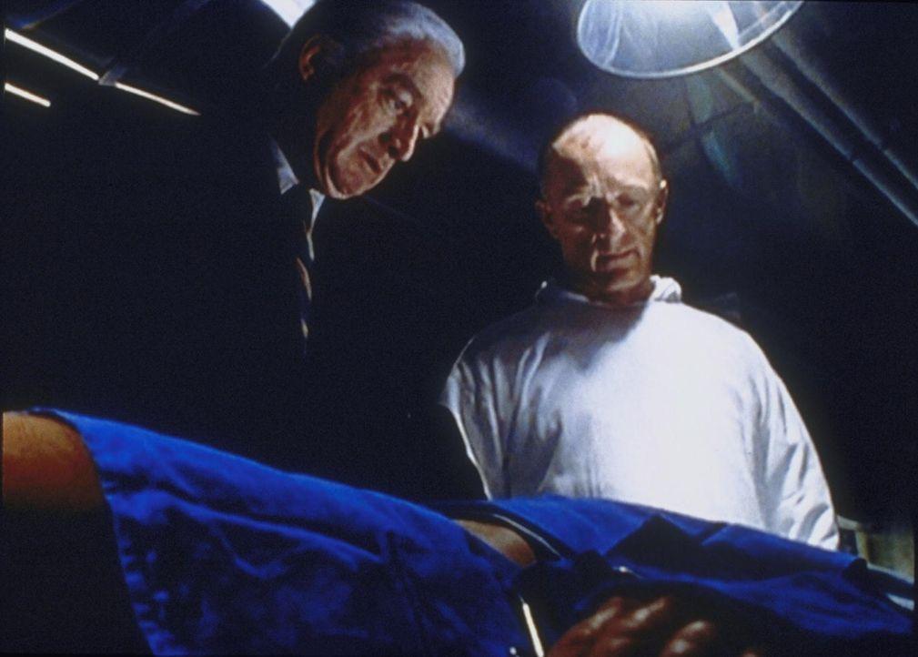 Dr. Openshaw (Nick Tate, l.) und ein Militärarzt begutachten ihre Patientin Cassandra, an der sie ein unglaubliches Experiment durchgeführt haben. - Bildquelle: TM +   2000 Twentieth Century Fox Film Corporation. All Rights Reserved.