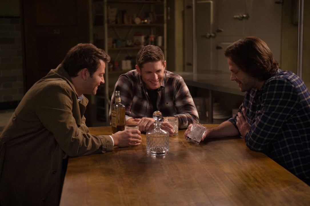 (v.l.n.r.) Castiel (Misha Collins); Dean Winchester (Jensen Ackles); Sam Winchester (Jared Padalecki) - Bildquelle: Diyah Pera 2018 The CW Network, LLC All Rights Reserved / Diyah Pera