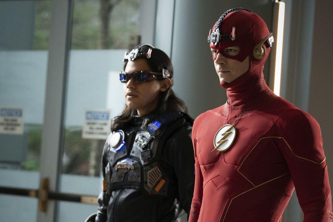 Mecha-Vibe (Carlos Valdes, l.); The Flash (Grant Gustin, r.) - Bildquelle: Warner Bros. Entertainment Inc. All Rights Reserved.