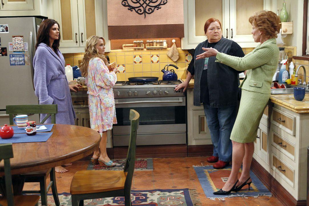 Nachdem sich Charlie und Alan wieder vertragen haben, gehen sie gegen die Frauen im Haus vor. Chelsea (Jennifer Taylor, l.), Melissa (Kelly Stables,... - Bildquelle: Warner Bros. Television