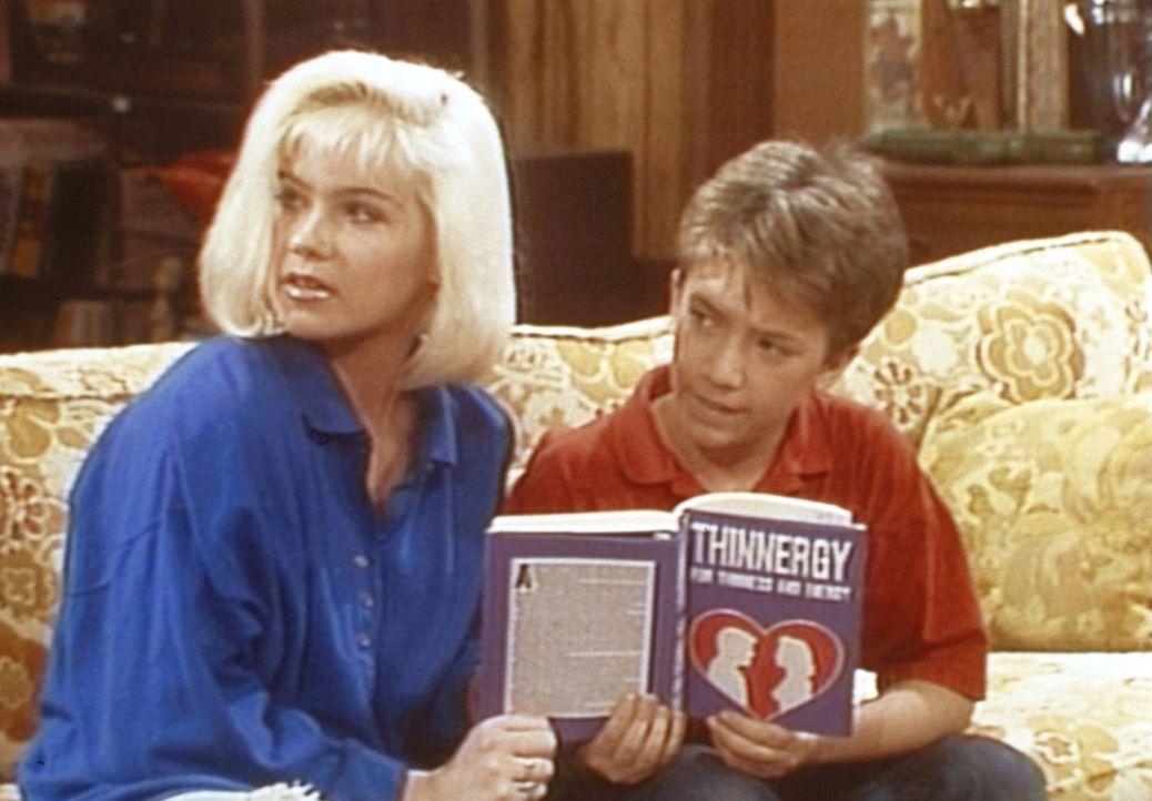Kelly (Christina Applegate, l.) und Bud (David Faustino, r.) können es nicht fassen: Ihre Mutter macht eine biodynamische Diät. - Bildquelle: Sony Pictures Television International. All Rights Reserved.