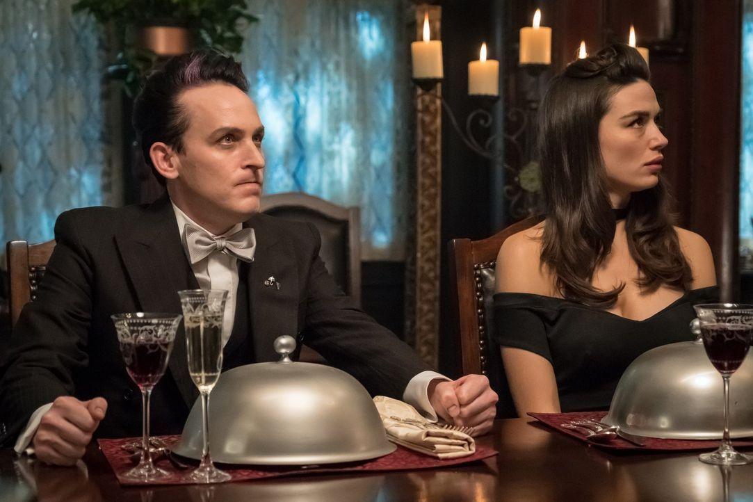 Pinguin (Robin Lord Taylor, l.) und Sofia (Crystal Reed, r.) planen ein Charity-Event für das Waisenheim, doch dann taucht plötzlich ein ungebetener... - Bildquelle: 2017 Warner Bros.