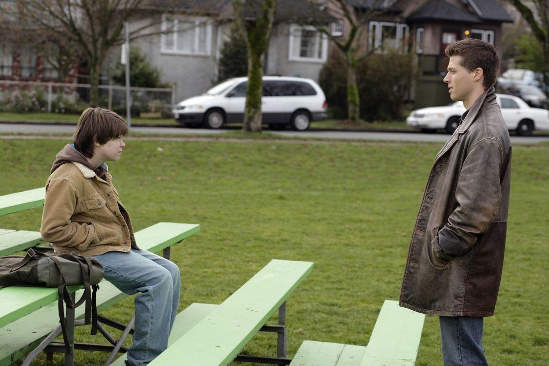 Ein rätselhafter Mord führt Sam (Colin Ford, l.) und Dean (Brock Kelly, r.) zurück an ihre alte Highschool. Während sie anonym ermitteln, werden... - Bildquelle: Warner Bros. Television