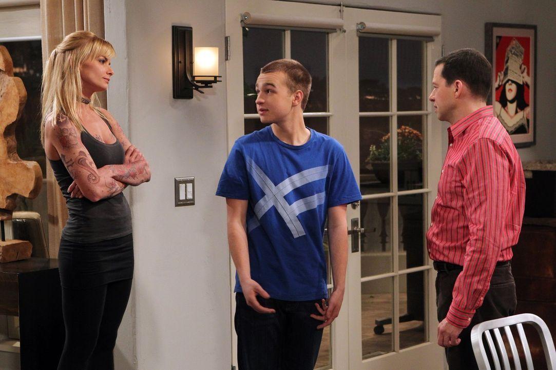 Als Jake (Angus T. Jones, M.) seine 36-jährige Freundin Tammy (Jaime Pressly, l.) für einen Besuch mit nach Hause bringt, beginnt Alan (Jon Cryer, r... - Bildquelle: Warner Brothers Entertainment Inc.