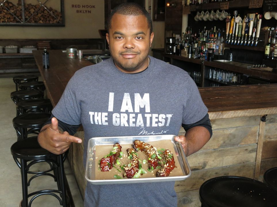 "Roger Mooking stattet dieses Mal dem ""Hometown Bar-B-Que"" in Brooklyn, New York, einen Besuch ab, das für seine ""The Korean Sticky Ribs"" bekannt ist... - Bildquelle: 2015,Cooking Channel, LLC. All Rights Reserved."