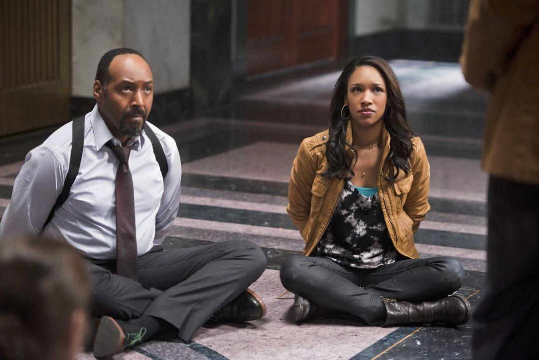 Während es Barry alias The Flash mit Farooq alias Blackout aufnimmt, gelingt Tockman alias The Clock King ein Coup innerhalb des Polizeireviers von... - Bildquelle: Warner Brothers.