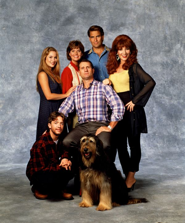 (7. Staffel) - Kelly (Christina Applegate, hinten l.), Marcy (Amanda Bearse, hinten 2.v.l.), Jefferson (Ted McGinley, hinten 2.v.r.), Al (EdO'Neil,... - Bildquelle: Sony Pictures Television International. All Rights Reserved.