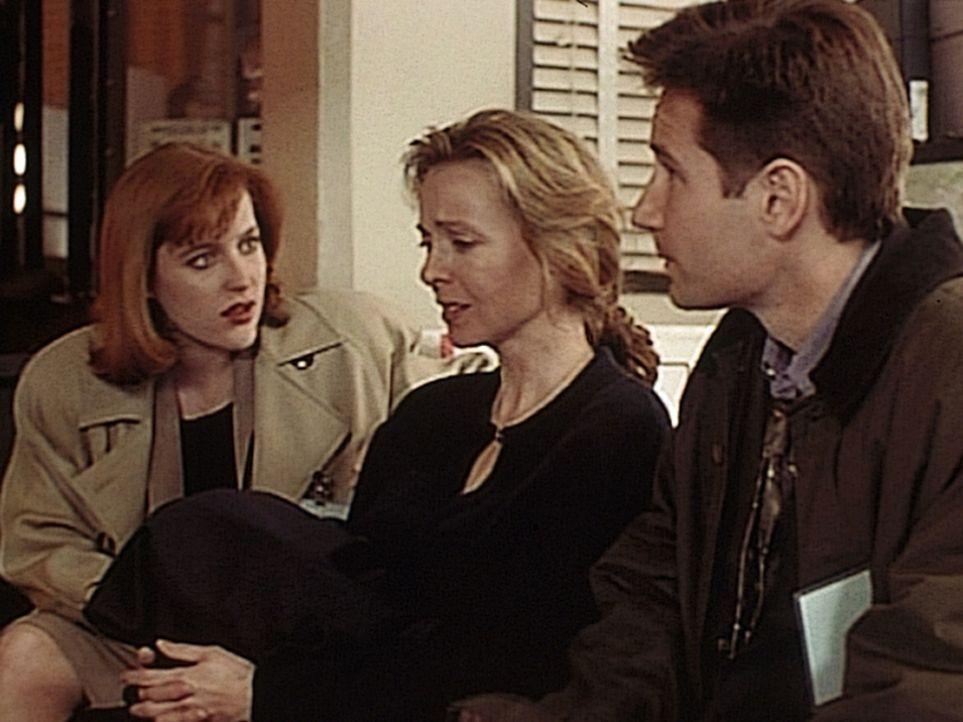 Scully (Gillian Anderson, l.) und Mulder (David Duchovny, r.) teilen der verstörten Judy Bishop (Dey Young, M.) mit, dass ihre Tochter Michelle zum... - Bildquelle: TM +   2000 Twentieth Century Fox Film Corporation. All Rights Reserved.