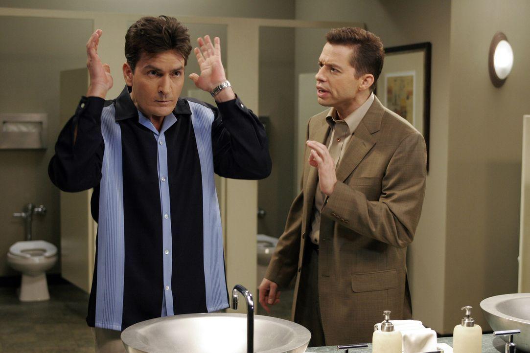 Alan (Jon Cryer, r.) fleht seinen Bruder Charlie (Charlie Sheen, r.) an, ihm Jamie zu überlassen. Charlie willigt ein, aber so sehr er sich auch ans... - Bildquelle: Warner Bros. Television
