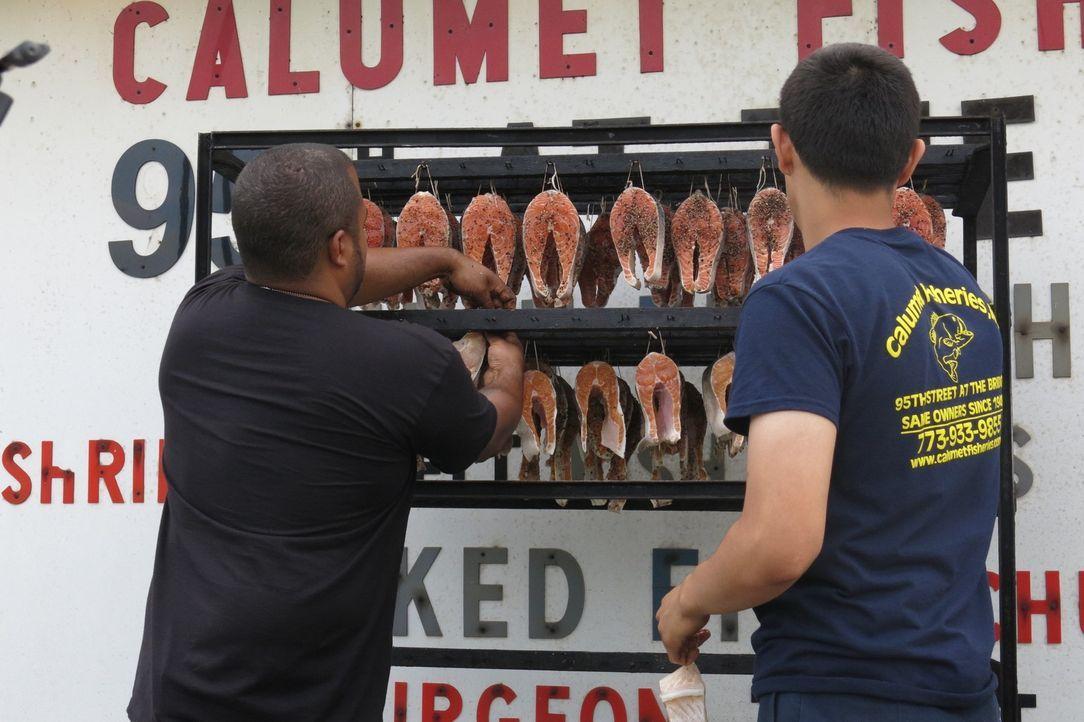 Javier Magallanes (r.) zeigt Roger (l.), wie sie bei von Calumet Fisheries im traditionellen Stil ihren allseits beliebten Fisch räuchern ... - Bildquelle: 2015,Cooking Channel, LLC. All Rights Reserved.