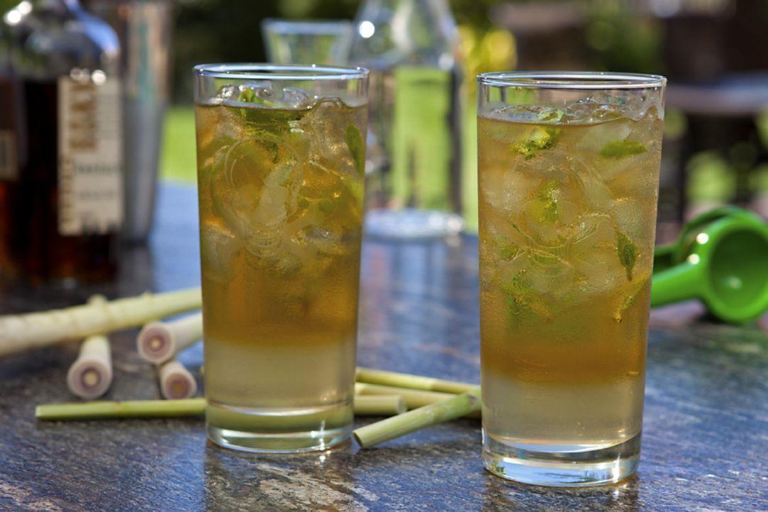 Mit dem Lemongrass-Ginger Julep kreiert Guy Fieri einen scharfen, erfrischenden Cocktail ... - Bildquelle: 2012, Television Food Network, G.P. All Rights Reserved.