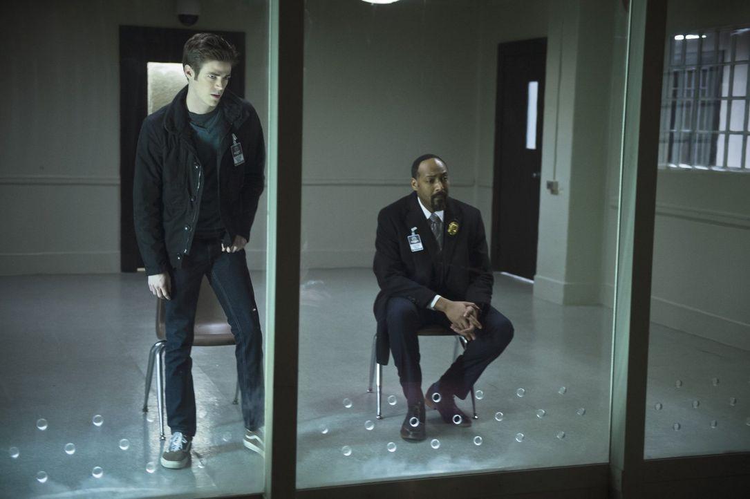 Barry (Grant Gustin, l.) und Joe (Jesse L. Martin, r.) versuchen, wichtige Informationen vom originalen Trickster zu bekommen, als ein Nachahmungstä... - Bildquelle: Warner Brothers.
