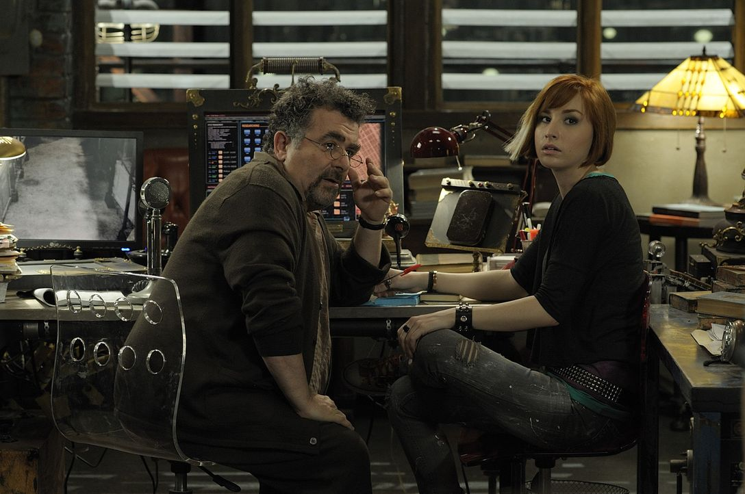 Artie (Saul Rubinek, l.) und Claudia (Allison Scagliotti, r.) sind nicht erfreut darüber, dass der geheimnisvolle Rat, für den sie in Wirklichkeit a... - Bildquelle: Philippe Bosse SCI FI Channel