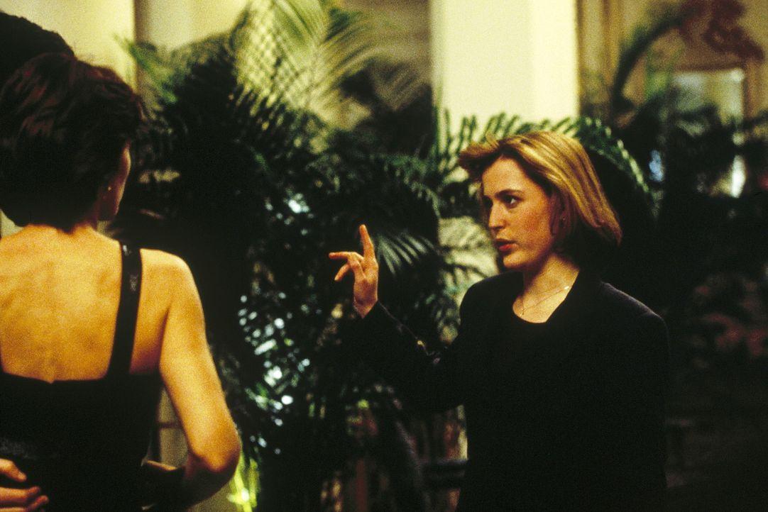 Scully (Gillian Anderson, r.) ist nicht sehr erfreut darüber, dass Mulder sich wieder mit seiner ehemaligen englischen Freundin, die mittlerweile f... - Bildquelle: TM +   Twentieth Century Fox Film Corporation. All Rights Reserved.