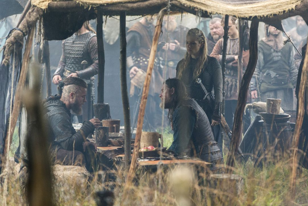 Stechen gemeinsam in See, um nach Wessex zu reisen: Lagertha (Katheryn Winnick, r.), Ragnar (Travis Fimmel, l.) und König Horik (Donal Logue, M.) ... - Bildquelle: 2014 TM TELEVISION PRODUCTIONS LIMITED/T5 VIKINGS PRODUCTIONS INC. ALL RIGHTS RESERVED.