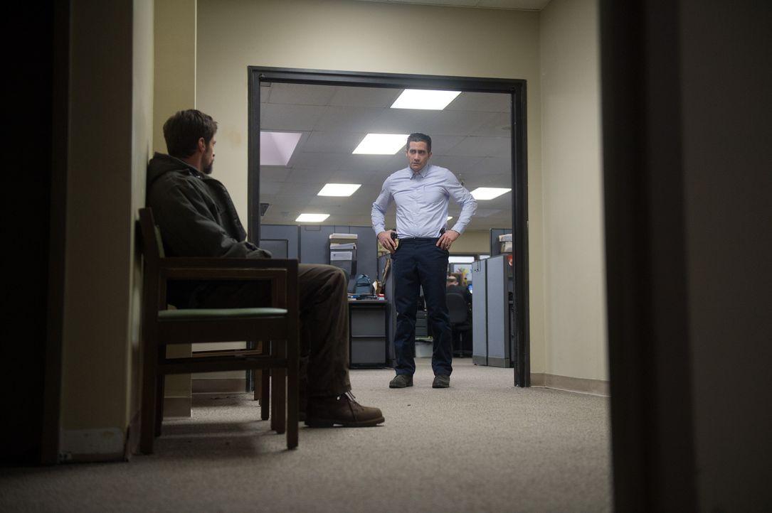 Können unterschiedlicher nicht sein: der verzweifelte Vater (Hugh Jackman, l.) und der kühle Cop (Jake Gyllenhaal, r.) ... - Bildquelle: TOBIS FILM. ALL RIGHTS RESERVED