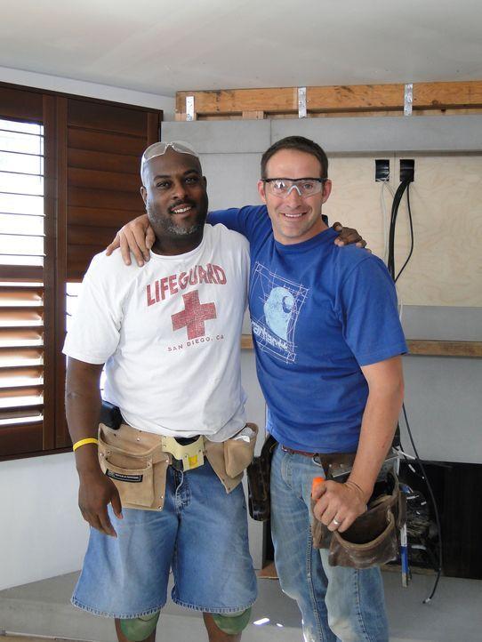 Gemeinsam packen sie es an, um aus einem verunstalteten Raum in eine moderne Männerhöhle zu machen: Chris (l.) und Josh (r.) ... - Bildquelle: 2009, DIY Network/Scripps Networks, LLC