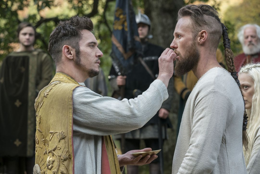 Bischof Heahmund (Jonathan Rhys Meyers, l.); Übbe (Jordan Patrick Smith, r.) - Bildquelle: 2017 TM PRODUCTIONS LIMITED / T5 VIKINGS V PRODUCTIONS INC. ALL RIGHTS RESERVED.