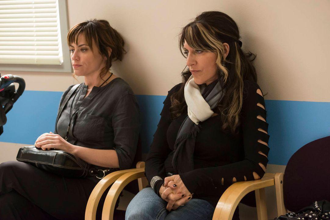 Ein neuer Kampf flammt zwischen Tara (Maggie Siff, l.) und Gemma (Katey Sagal, r.) auf ... - Bildquelle: 2012 Twentieth Century Fox Film Corporation and Bluebush Productions, LLC. All rights reserved.
