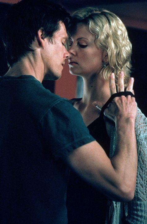 Nachdem Marvin die kleine Abby entführt hat, kümmert sich sein Partner Joe (Kevin Bacon, l.) um desser Mutter Karen (Charlize Theron, r.) ... - Bildquelle: Senator Film