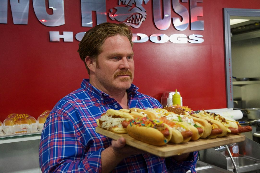 "Bei der ""Dawg House Challenge"" werden per Zufall zwölf verschiedene Hot Dogs ausgewählt, die Casey in weniger als 30 Minuten besiegen muss. Doch ist... - Bildquelle: 2017,The Travel Channel, L.L.C. All Rights Reserved."