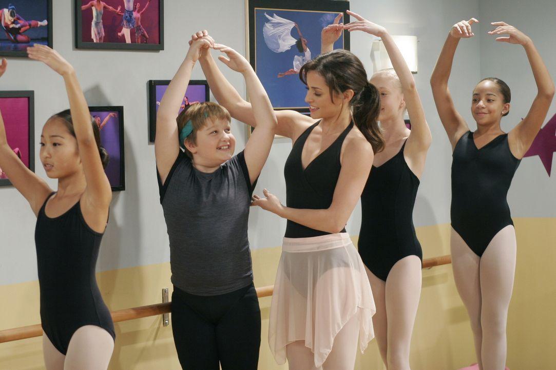 Nach und nach macht Jake (Angus T. Jones, 2.v.l.) der Ballettunterricht bei Mia (Emmanuelle Vaugier, M.) großen Spaß ... - Bildquelle: Warner Brothers Entertainment Inc.