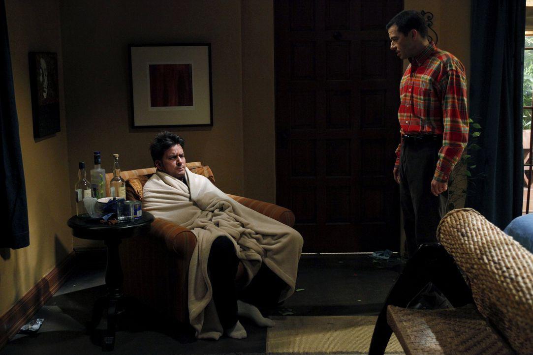 Als seine Verlobte Chelsea endgültig zu ihrem Vater zieht, ist Charlie (Charlie Sheen, l.) sehr deprimiert. Nach einem missglückten Selbstmordversuc... - Bildquelle: Warner Brothers