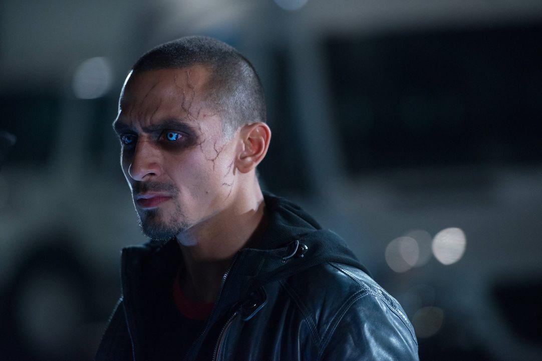 Treibt sein Unwesen: Farooq alias Blackout (Michael Reventar) ... - Bildquelle: Warner Brothers.